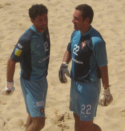 Dois grandes guarda-redes de futebol de praia: Paulo Graça e João Carlos Delgado.